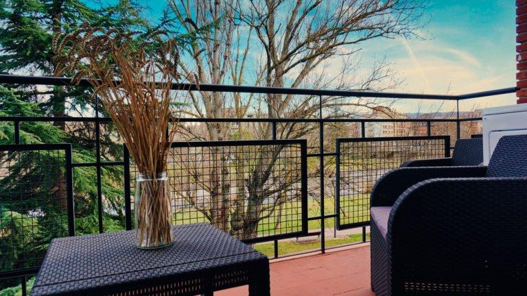 Terraza con tres sillas, mesa y lavadora | Apartamento Río