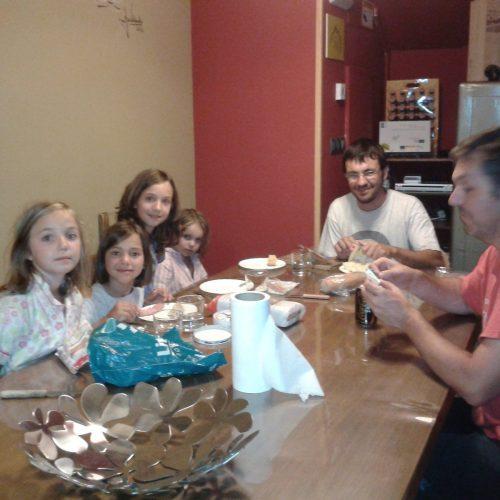 Cenando en familia en el Albergue